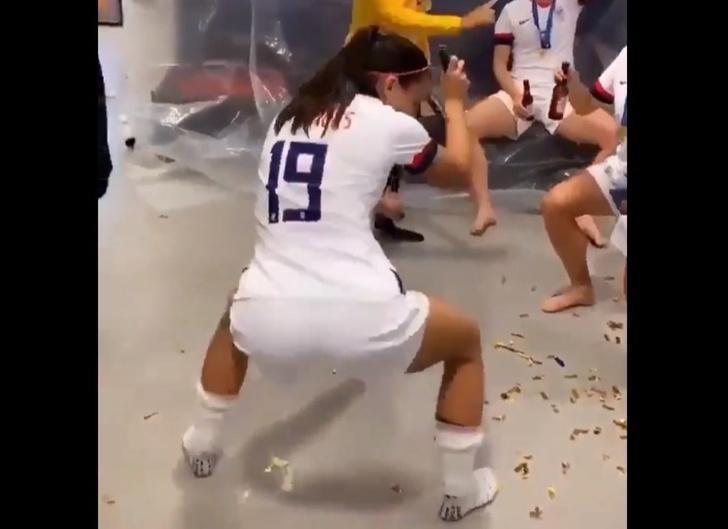 Фото №1 - Видео с Алекс Морган, танцующей тверк в честь победы женской сборной США на ЧМ-2019, стало вирусным