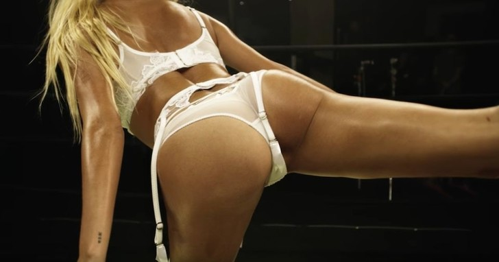 Фото №2 - Модель Хейли Болдуин делает зарядку в эротическом белье