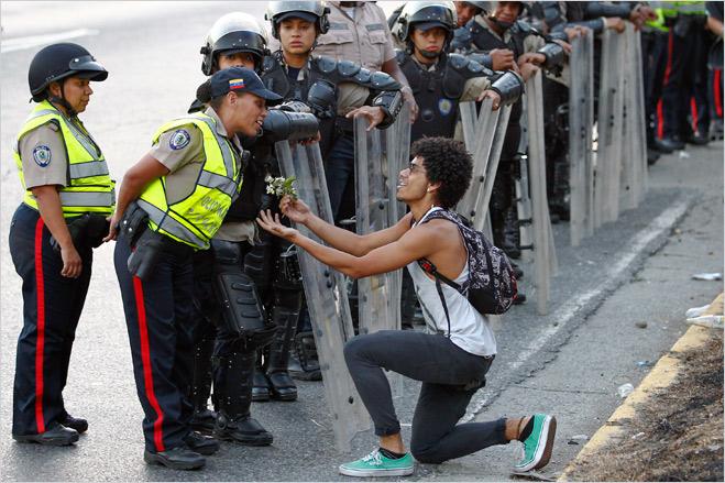 Фото №22 - Ненасильственное сопротивление: как правильно троллить власть, подтачивая ее основание