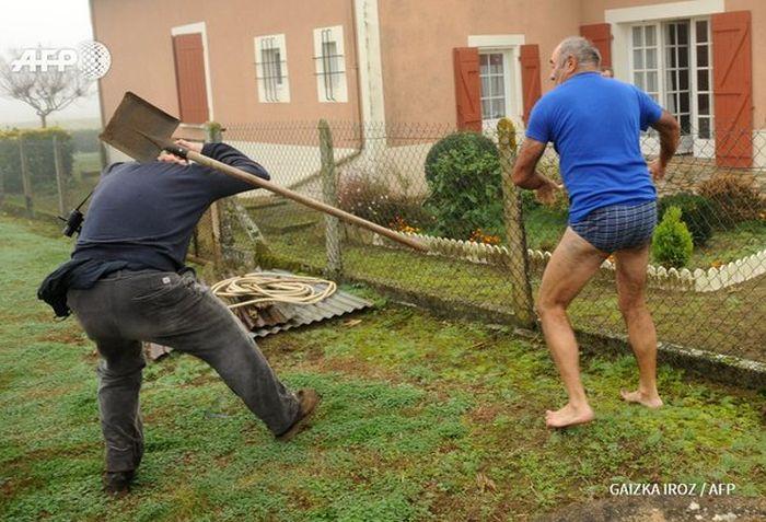 Фото №2 - Герой Интернета: мужик с лопатой и в трусах