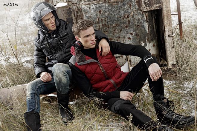 На Тимофее: куртка Colin's, джинсы Calvin Klein Jeans, сапоги Fretz Men Gore-Tex На Арсении: жилет Tom Tailor, водолазка Lacoste, джинсы H.E. by Mango, ботинки Ecco, часы Samsung Gear S