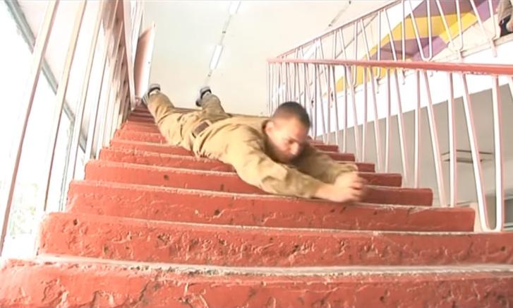 Фото №1 - Впечатляющая тренировка боя во время спуска с лестницы на животе. ВИДЕО