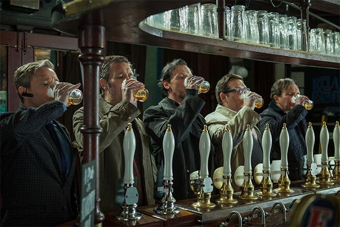 мужчины пьют в баре,