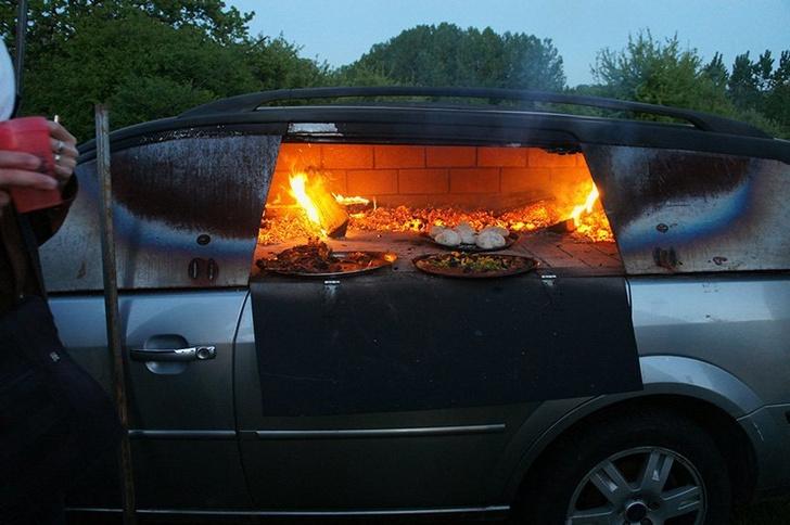 Фото №5 - Смачный лайфхак: как превратить старый автомобиль в печь (и варить в ней борщ)