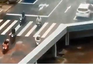 Оптическая иллюзия дня: пропадающие с моста мотоциклы