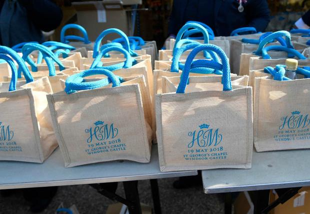 Фото №1 - Вот что было в сумках, которые раздавали гостям на королевской свадьбе принца Гарри и Меган Маркл!