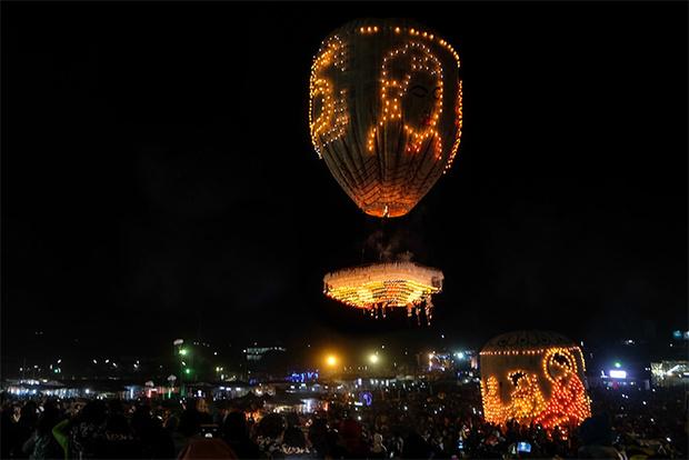 Фото №2 - На торжествах в Мьянме взорвался воздушный шар, груженный фейерверками (видео)