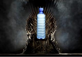 Фанаты увидели пластиковую бутылку в финальной серии «Игры престолов»