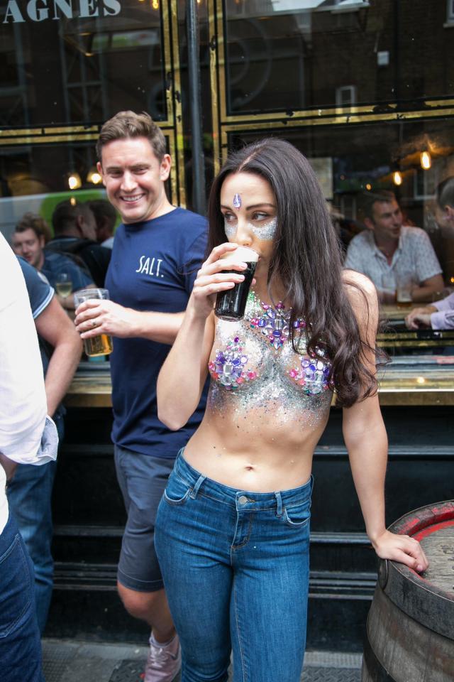 Фото №5 - Модель прошлась по городу топлес в поддержку тренда «грудь в блестках»!