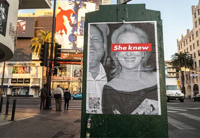 Фото №1 - Лос-Анджелес обклеили плакатами, кричащими «Мэрил Стрип знала про домогательства»!
