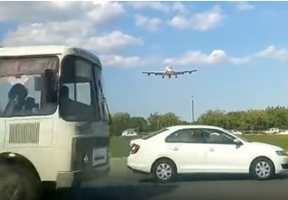 А-а-а! Этот самолет несется прямо на тебя и сейчас тебя расплющит! (паническое ВИДЕО)