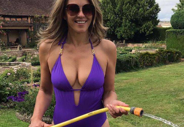 Фото №1 - Ничего себе, 52-летняя Элизабет Хёрли выглядит в бикини так же прекрасно, как и в 25!