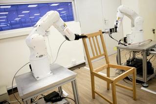 Закат эпохи: роботы собирают стул IKEA (ВИДЕО)
