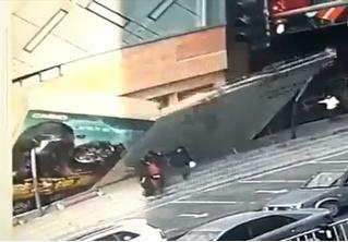 Падение китайской стены: гигантская реклама внезапно рухнула прямо на прохожих (видео)