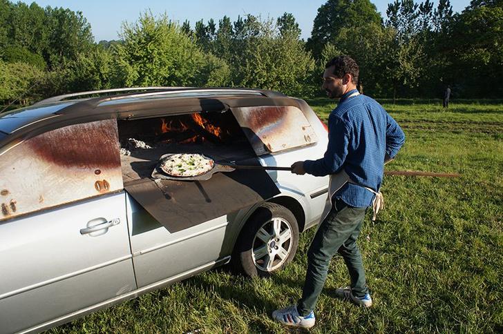 Фото №6 - Смачный лайфхак: как превратить старый автомобиль в печь (и варить в ней борщ)