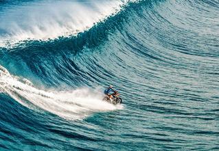 Это не фотомонтаж! Он действительно едет по морю на мотоцикле!