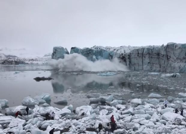 Фото №1 - Часть ледника неожиданно откалывается, падает в воду, и туристы удирают от большущей волны (видео)