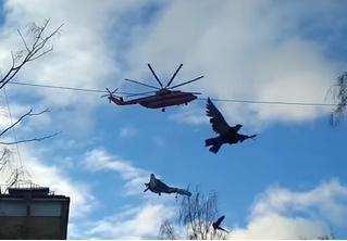 Вертолет переносит Су-27 над городом (редкое видео очевидцев)