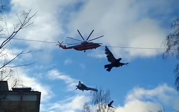 Фото №1 - Вертолет переносит Су-27 над городом (редкое видео очевидцев)