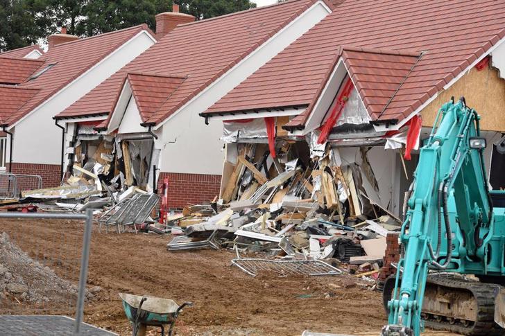 Фото №2 - В Лондоне экскаваторщик разломал пять новых домов, когда ему не заплатили (видео)