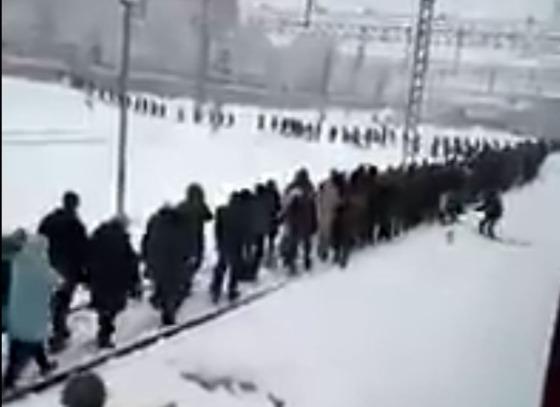 Фото №1 - В пути сломалась электричка, и десяткам пассажиров пришлось идти в Москву по рельсам (видео)