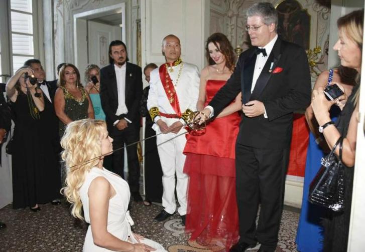 Фото №1 - Арестован мошенник, который выдавал себя за принца и пожаловал Памеле Андерсон титул графини!