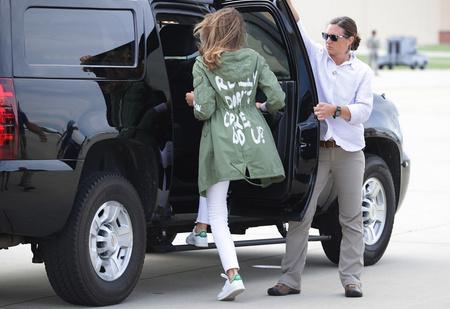 Меланья Трамп появилась в лагере мигрантов в куртке с надписью «Мне все равно» — и началось
