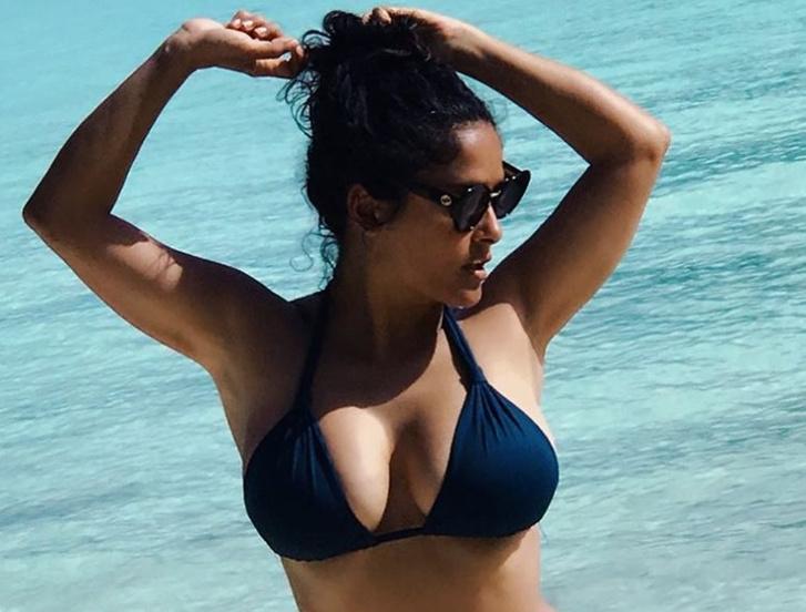 Фото №1 - Сальма Хайек опубликовала фото в бикини, сделанные во время отдыха на пляже