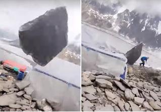 Огромный валун упал на лагерь альпинистов, но промахнулся (видео)