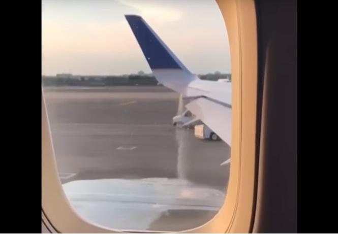 Фонтан горючего, бьющий изсамолета перед вылетом, перепугал пассажиров