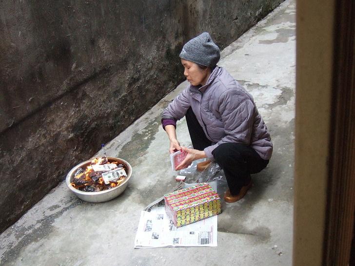 Фото №2 - Китайцев оштрафовали за то, что они соревновались, кто сожжет больше денег