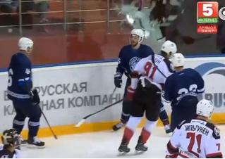 Хоккеист так радовался забитому голу, что разбил заградительное стекло (видео)
