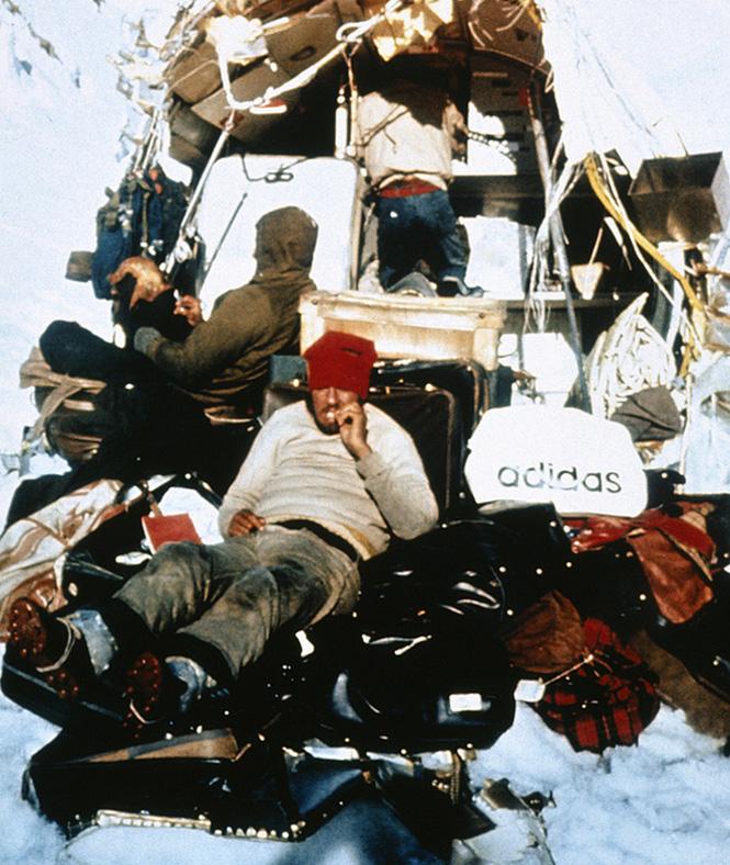 Жертвы катастрофы на чемоданах. Октябрь 1972 года