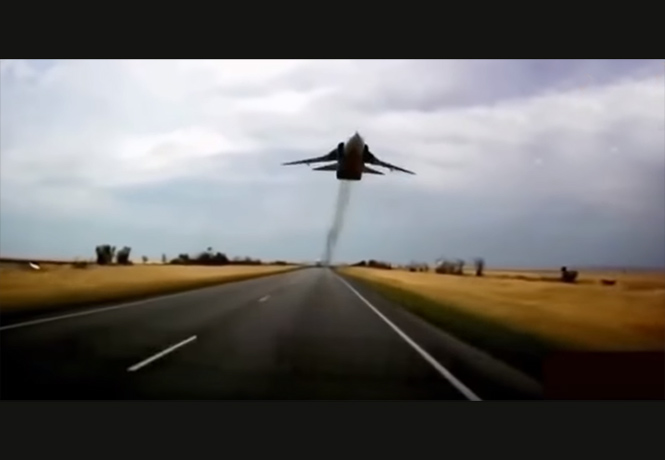 Фото №1 - Четыре минуты самых рискованных трюков авиапилотов (ВИДЕО)