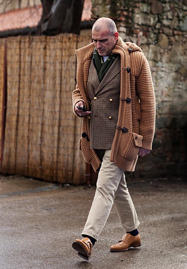 Монки с двубортным пиджаком