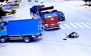 Мотоциклист за пару секунд чудом спасся от двух грузовиков подряд (везучее видео)