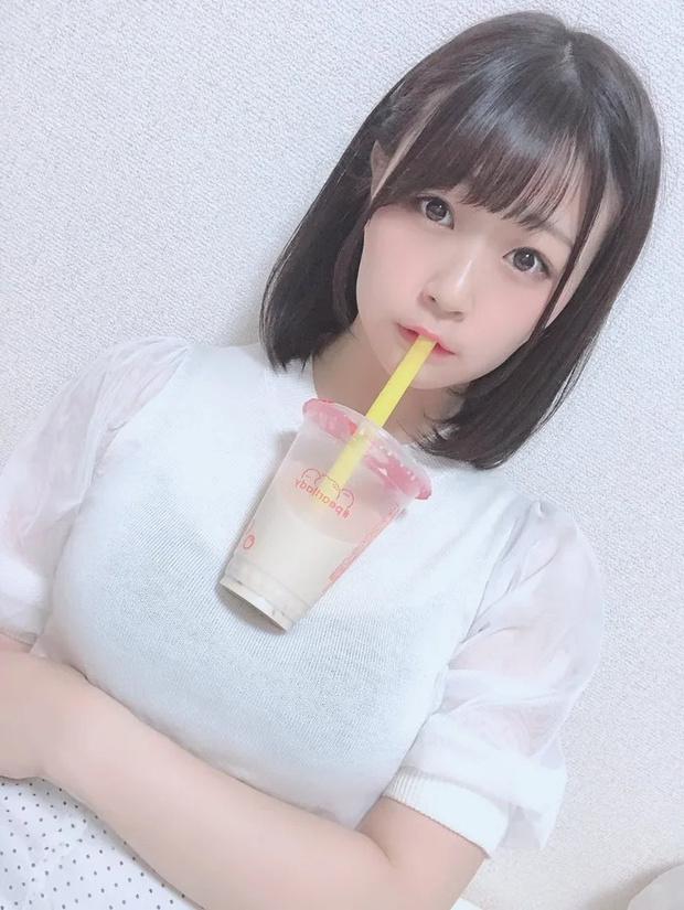 Фото №2 - Модель из Японии показала, как пьет напитки со своей большой груди, и спровоцировала флешмоб (много фото)