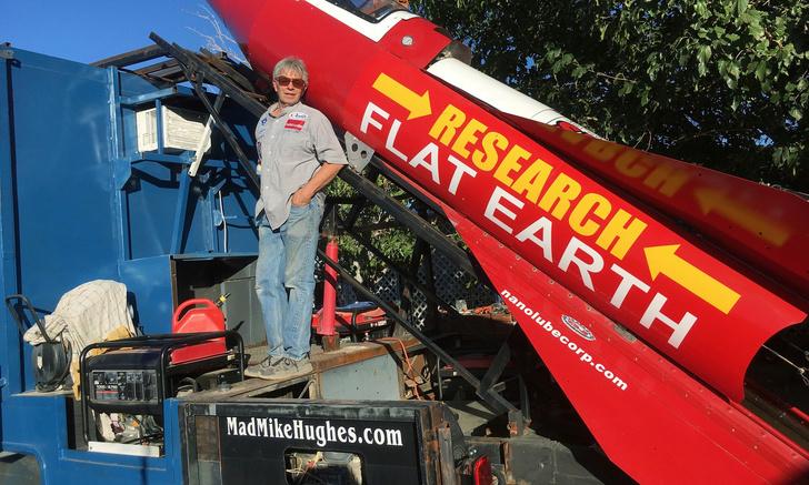 Фото №1 - Изобретатель-безумец полетит в космос на самодельной ракете, чтобы доказать, что Земля плоская