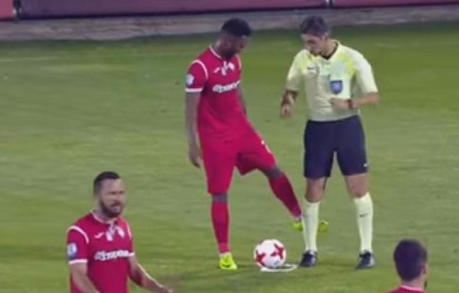 Футболист вытер ногу о судью прямо во время матча! (дерзновенное ВИДЕО)