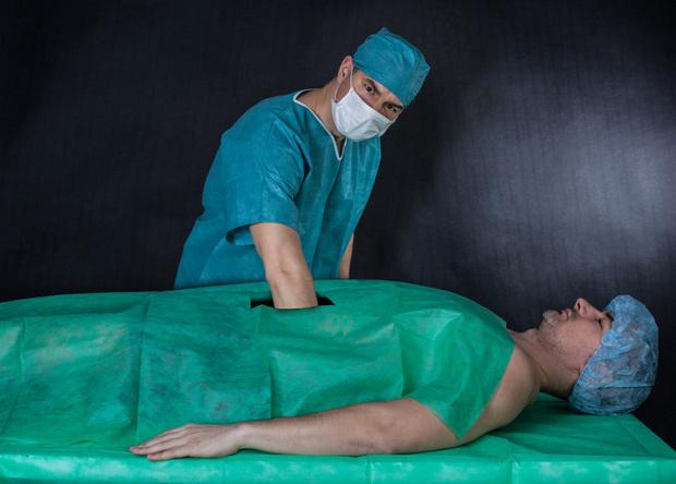 Фото №1 - Парень пять месяцев успешно выдавал себя за врача с помощью халата и стетоскопа!
