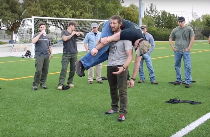 Фото №1 - Американский рейнджер демонстрирует, как правильно поднять человека с земли (ВИДЕО)