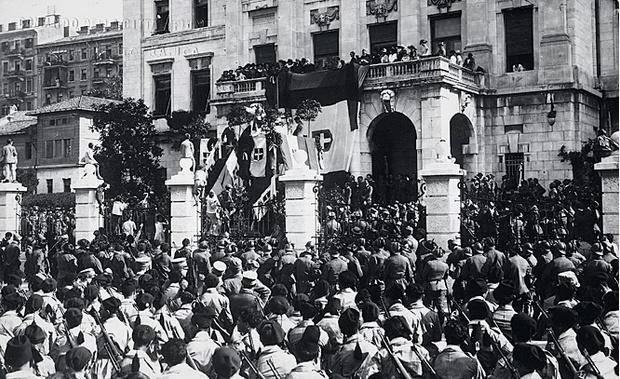 Речь поэта с балкона отеля в Фиуме