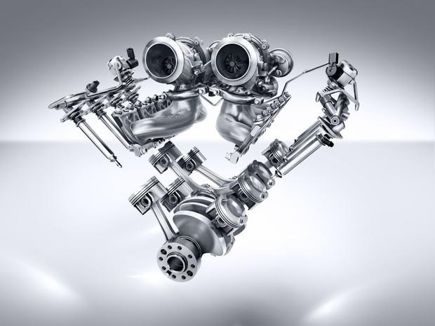 Сегодня большинство новых двигателей оснащено одной или двумя турбинами. Например, это двойной турбонаддув 8-цилиндрового мотора спорткара Mercedes-AMG GT S. Турбины расположены в развале блока цилиндров— перед тобой компактная, эффективная и очень теплонагруженная конструкция. Фото: Mercedes-Benz