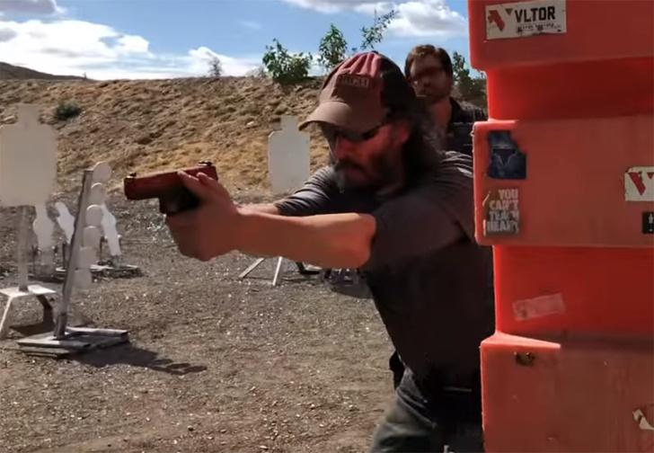 Фото №1 - Киану Ривз готовится к роли Джона Уика под руководством бывшего спецназовца (видео)
