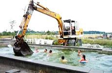 Экскаватор в бассейне