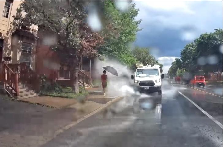 Фото №1 - Автохам нарочно окатывал прохожих водой из луж! И возмездие нагрянуло, откуда не ждал (ВИДЕО)