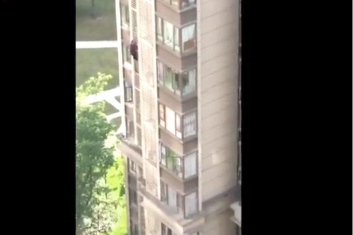 Фото №1 - 84-летняя китайская бабуля убежала из дома через окно 14-го этажа (видео)