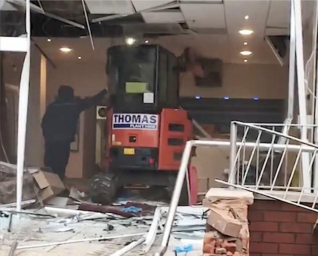 Фото №2 - В Ливерпуле водитель маленького экскаватора разнес отель из-за невыплаченной зарплаты (видео)