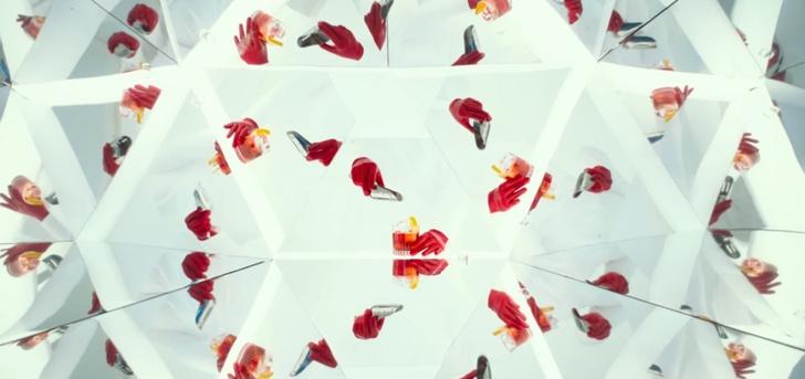 Фото №2 - Секс на одну ночь с Зои Салдана, коктейли рекой и тайна — всё, что ты любишь, в короткометражном триллере «Легенда Красной Перчатки»