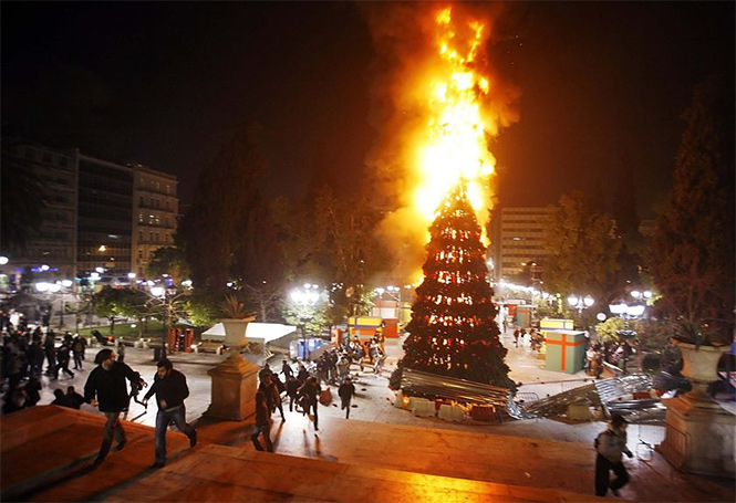 Фото №8 - Елочка, зажгись! 14 фотографий новогодних разрушений
